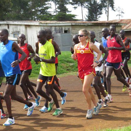 Raquel Landín, entrenando con corredores keniatas durante su estancia en Iten