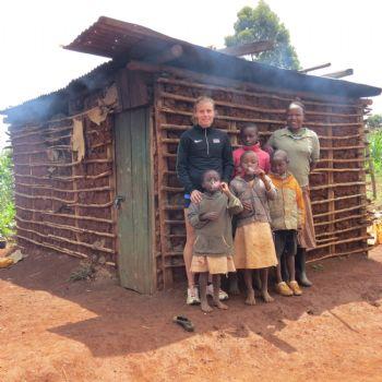 Raquel Landín, con habitantes de Iten durante su estancia en la ciudad keniata