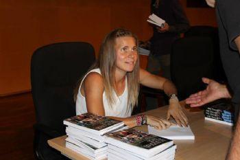 Raquel Landín, firmando ejemplares de su libro Alcanzando Metas