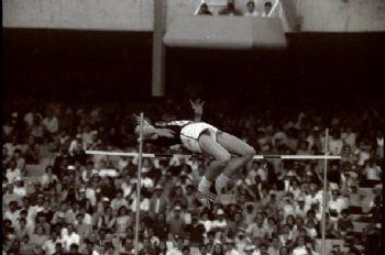 El salto de Dick Fosbury en los Juegos Olímpicos de México pasó a la historia