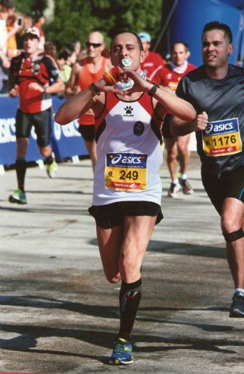 José Antonio Vallejo, llegando a la meta en el Medio Maratón de Madrid