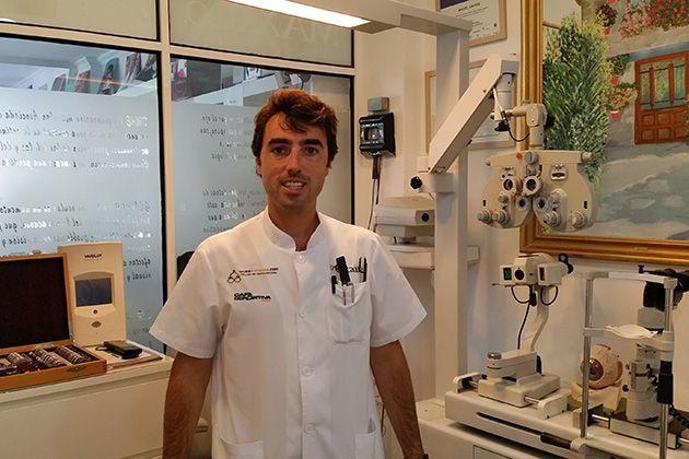Miguel de www.gafasdeportivas.com , en su tienda especializada de Madrid, C/ José del Hierro, 50.