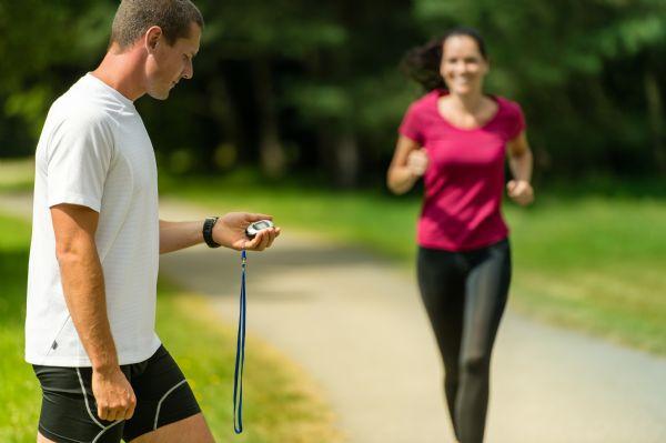 El entrenador ayuda a que el corredor mejore su rendimiento y a que evite lesiones