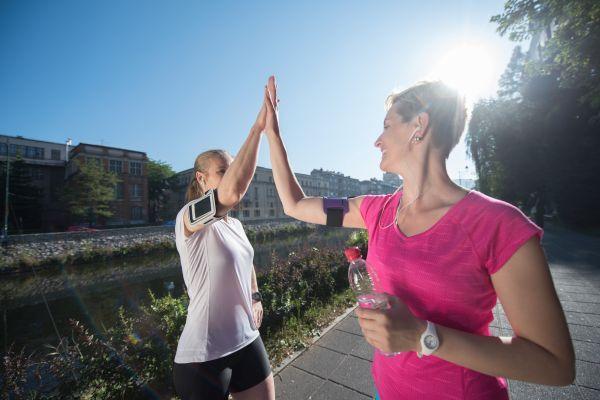 Muchos corredores saludan a otros cuando se cruzan