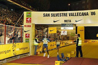 Kipchoge entrando en meta en la San Silvestre Vallecana 2006