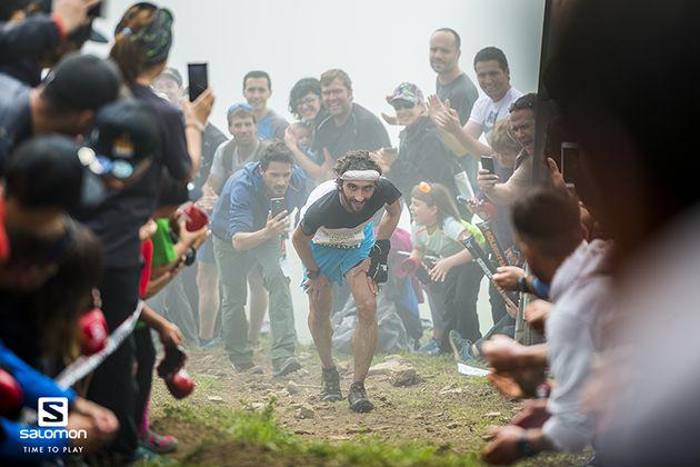Aritz Egea disfruta de los espectadores que le animaban a su paso por Sancti Spiritu / foto: Aritz Gordo - Salomon