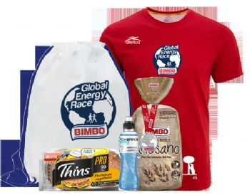 La bolsa del corredor y la camiseta que recibirán los participantes en la carrera