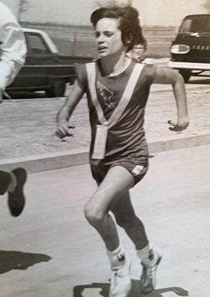 La joven Maureen en carrera