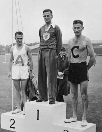 Arthur Lydiard, en la izquierda de la imagen