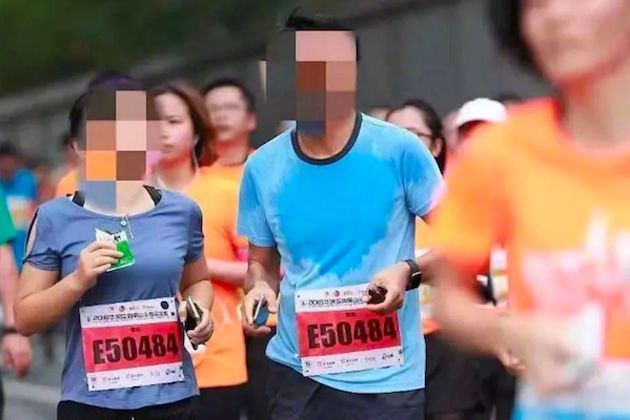 Dos participantes cazados con el mismo dorsal (Fuente: CCTV)