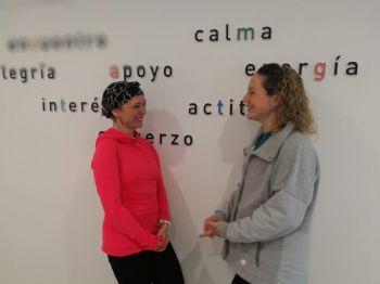 Susana y Lucía hablan en la sede de la AECC en Madrid