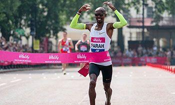 Mo Farah, cruzando la meta en 2018