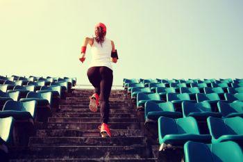 Si quieres mitigar los efectos de la edad en tu rendimiento, los entrenamientos de fuerza son tus amigos.
