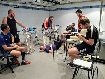 Los participantes en el experimento, aclimatándose a 39.5 grados. Foto de la Universidad de Hull.