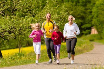 Padres corriendo con sus hijos