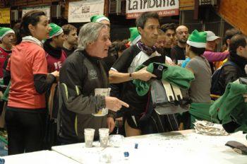 Participantes en una carrera dejando sus mochilas en el guardarropa