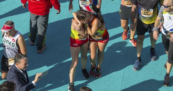 El abrazo en meta es uno de los gestos más satisfactorios de correr una carrera