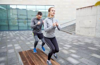 Los ejercicios de activación muscular también son importantes para calentar