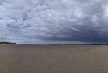 Sandymount Strand, donde en marea baja puedes correr hasta kilómetros en el interior del mar