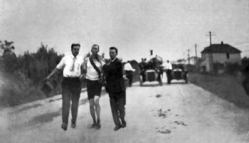 El ganador del Maratón, Thomas Hicks, ayudado por su equipo