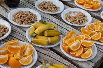Fruta y frutos secos en el avituallamiento de una carrera