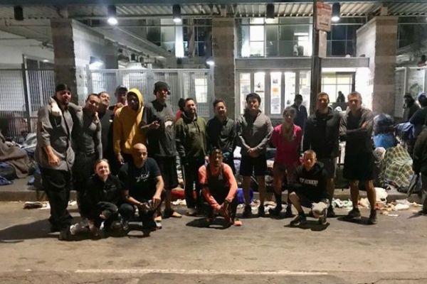 El grupo de corredores frente a la Midnight Mission (Imagen: Facebook Skid Row Running Club)