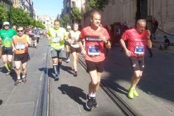 Fermín Cacho y Abel Antón corriendo la Maratón de Sevilla 2020