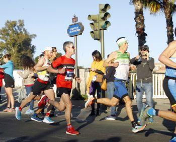 Martín Fiz corriendo entre los populares el Maratón de Sevilla 2020 (Foto: 123 a Correr Santander)