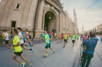 Corredores del Maratón de Zaragoza en la Plaza del Pilar