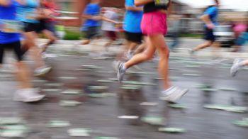 En el maratón hay que hidratarse bien y combinar agua y bebida isotónica