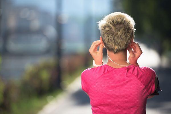 Muchos corredores prefieren escuchar música mientras practican su deporte favorito