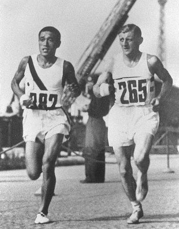 Sohn Kee-chung y Ernest Harper durante el maratón de Berlín de 1936