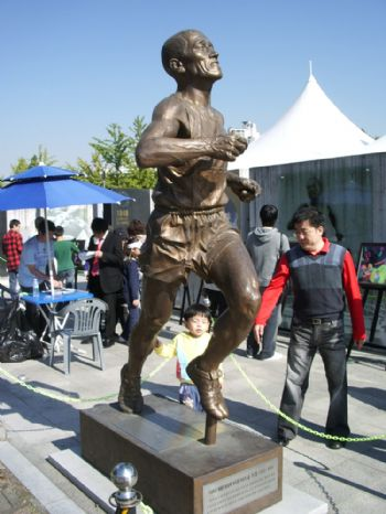 Estatua en homenaje a Sohn Kee-chung junto al Estadio Olímpico de Seúl