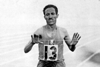 Alain Mimoun, en la meta del maratón olímpico de Melbourne